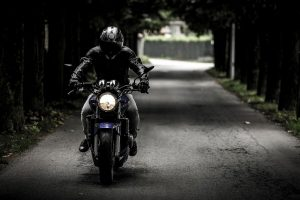 Assurance Moto : règles, obligations et critères de choix
